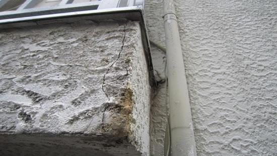 ひび割れを起こしている外壁