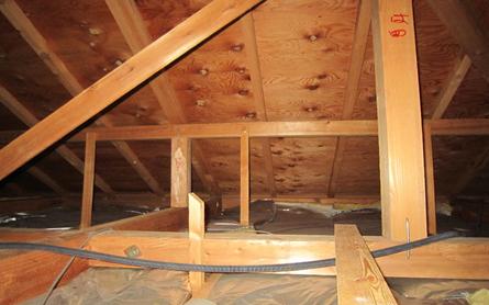天井裏に敷き詰められた断熱材の断熱性能が弱いため、なんと56℃です。