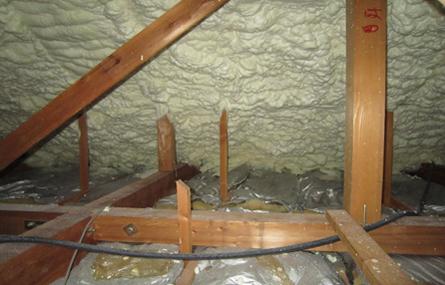 屋根の内側に発泡ウレタン断熱を吹き付けました。なんと-17℃となり、39℃になりました。
