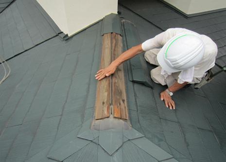 棟板金を外すと貫板があります。この板が反りかえる事により板金を押し上げてしまいます。